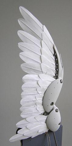 Ein Entenflügel sehr futurisrisch gestylt, Animal Android Technologie. Esist ein Flügel abgebildet, aus dieser Perspektive würde Ich sagen das es sich um den Linken Flügel handelt.