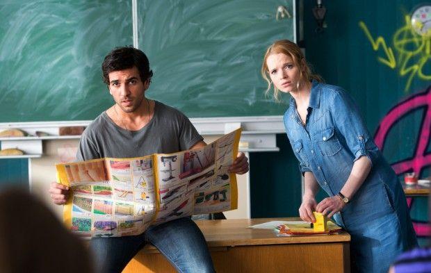Filmszene aus Fack ju Göhte: Lisi Schnabelstedt (Karoline Herfurth) bezweifelt die Lehrmethoden ihres Kollegen Herrn Müller (Elyas M'Barek)...