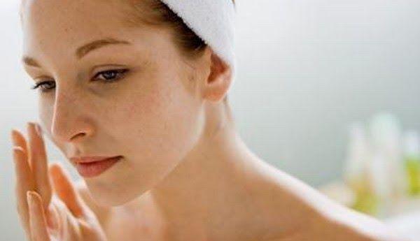 Para o rosto: (para tonificar, melhorar acne, manchas, rugas e linhas finas): - Misture argila branca com Vinagre de maçã (se não tiver argila pode usar bicarbonato de sódio) e aplique em todo o seu rosto. Essa máscara vai limpar os poros, desintoxicar, melhorar acne e manchas. Basta deixar apenas 5 minutos e depois lavar o rosto com água.