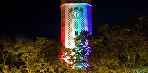 Iluminan torre universitaria con colores de bandera gay...
