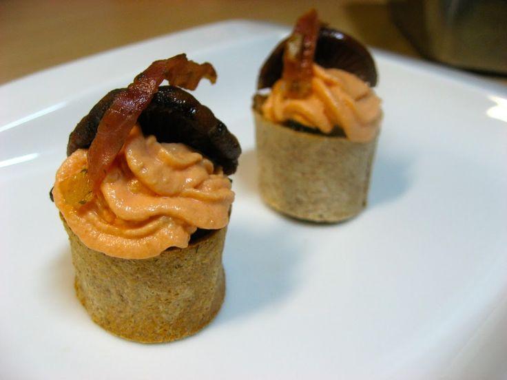 "Pau Santolaya nos presta esta deliciosa receta de ""MUFFIN DE JAMÓN Y PINATELLS CON CREMA DE TOMATE""  http://www.elrestaurantedecasa.com/2013/11/muffin-de-jamon-y-pinatells-con-crema.html"