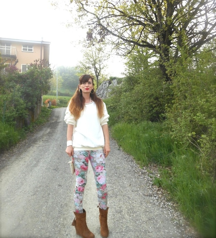 idea outfit legging floreali felpa, outfit floral leggings sweater, paillettes forma stella,  felpe chiare accessori borchie dorati, fashion blogger felpe, amanda marzolini, the fashionamy fashion blogger,