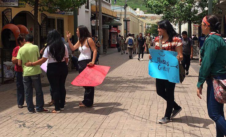 """Honduras: Abrazos gratis contra la discriminación. Por respecto al trato humanitario de igualdad hacia las personas que sufren lesiones encefálicas y otras enfermedades que no los hacen diferentes. La iniciativa ha sido del Programa de Rehabilitación de Parálisis Cerebral (Prepace), con sede en la colonia """"21 de Octubre"""", en Tegucigalpa, donde se atiende a los niños con parálisis cerebral. http://www.latribuna.hn/2016/11/10/abrazos-gratis-la-discriminacion/"""