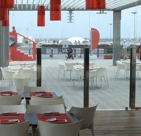 biel i czerwień wykorzystana w stylowe restauracji - fotele Dr. No proj. Philippe Starck i wiszące lampy Easy proj. Ferruccio Laviani