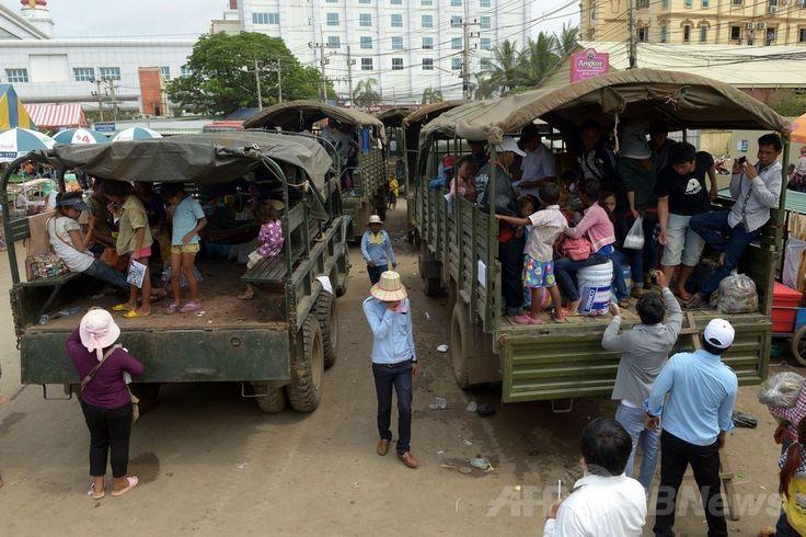 タイとの国境を越えてカンボジア北西部バンテイメンチェイ(Banteay Meanchey)州ポイペト(Poipet)に到着、故郷に帰るためトラックの荷台に乗り込んだカンボジア人労働者たち(2014年6月18日撮影)(c)AFP/TANG CHHIN SOTHY ▼19Jun2014AFP|タイ出国のカンボジア人労働者、22万人に http://www.afpbb.com/articles/-/3018190