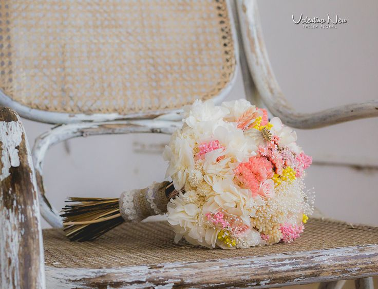 Ramo de novia con flores preservadas en tonos rosados y blancos con un toque amarillo. Lleva flores como la hortensia, achillea, flor de arroz..