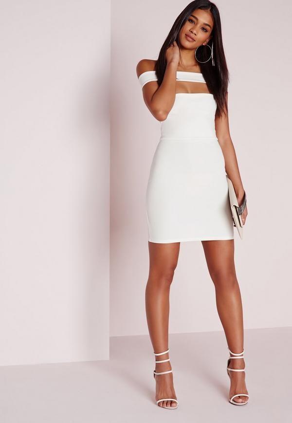 Jouez la carte du sexy sans trop en dévoiler dans cette robe blanche vraiment trop canon. On adore sa coupe moulante mais ce qu'on préfère c'est son col bateau et sa découpe sexy qui lui confèrent du caractère. Portez-la avec une pair...