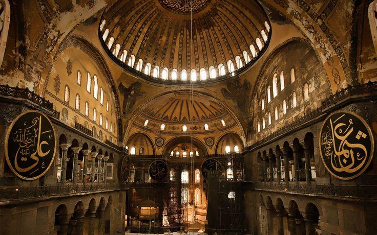İstanbul'da tarihî bir müze. Bizans İmparatoru I. Jüstinyen tarafından MS 532 - 537 yılları arasında İstanbul'un tarihi yarımadasındaki eski şehir merkezine inşa ettirilmiş bazilika planlı bir patrik katedrali olup, 1453 yılında İstanbul'un Türkler tarafından alınmasından sonra, Fatih Sultan Mehmet tarafından camiye dönüştürülmüştür. 1935 yılından beri ise müze olarak hizmet vermektedir.......AYASOFYA İSTANBUL
