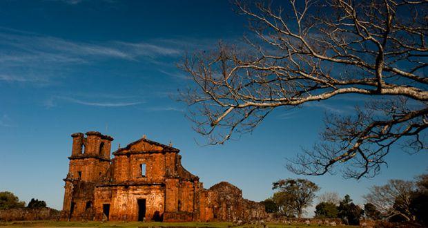 SÃO MIGUEL DAS MISSÕES Declarados como Patrimônio Mundial pela UNESCO em 1983, São Miguel das Missões fica no Sítio Arqueológico de São Miguel Arcanjo. Essas ruínas foram construídas pelos padres jesuítas na primeira metade do século XVIII. Na mesma área você também encontra o Museu das Missões, com estátuas de imagens sacras feitas pelos índios Guarani. A cidade fica a 486 km de Porto Alegre.