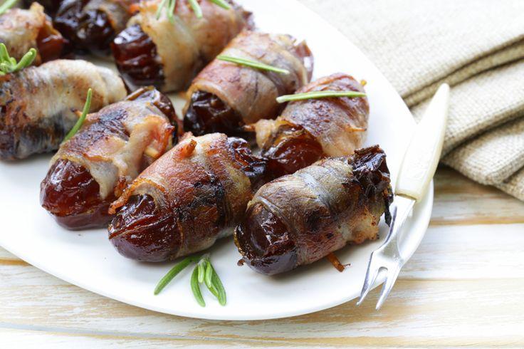 Het perfecte hapje voor tijdens de borrel? Deze gebakken dadels met spek en geitenkaas vindtbijna iedereen lekker en ze staan zo op tafel! Tip: eet je liever geen varkensvlees? Wikkel de dadels dan in runderrookvlees en bak in een scheutje olijfolie. Daarbij kun je zevan tevorenvullen en in spek wikkelen, en in de koelkast bewaren …