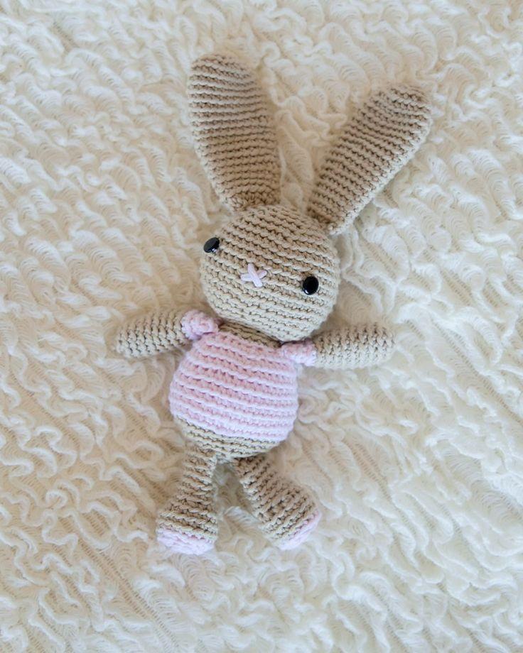 Kijk wat ik gevonden heb op Freubelweb.nl: een gratis haakpatroon van Leelee Knits om een lief klein konijntje te maken  https://www.freubelweb.nl/freubel-zelf/zelf-maken-met-haakkatoen-konijntje-3/