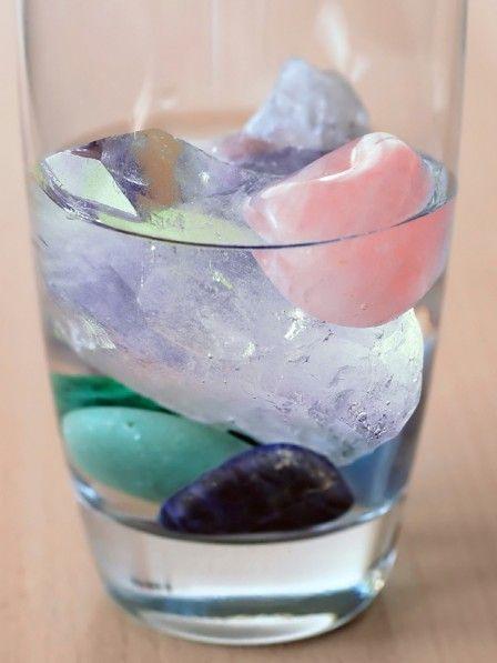 Edelsteine im Trinkwasser reichern es mit Mineralien und Spurenelementen an, die größtenteils auch in unserem Körper zu finden sind. Viele Therapeuten sprechen Edelsteinwässern aufbauende, stärkende und sogar heilende Wirkung zu.