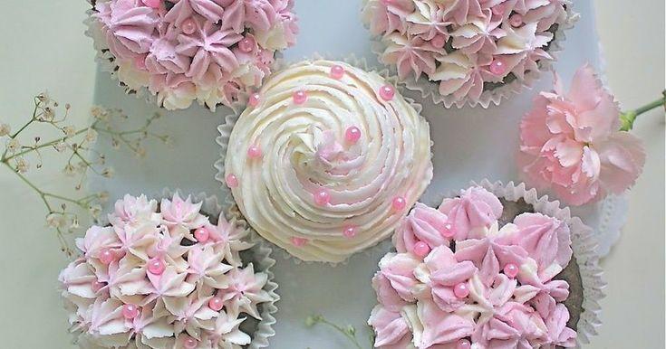 チョコのカップケーキの上に、デコレーションしやすい甘ーいフロスティング♪