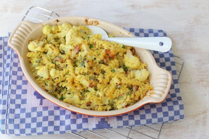 Benieuwd hoe je zelf een lekkere pasta-ovenschotel met bloemkool en prei kunt maken, bekijk dan dit simpele recept. Eet smakelijk!
