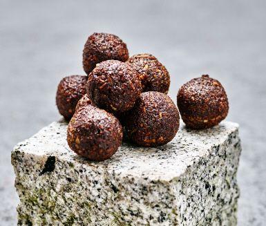 Sugen på en choklad- och kaffeboll efter maten? Dessa godingar innehåller även pumpakärnor, kokos, torkade dadlar och honung. En nypa salt lyfter smakerna.
