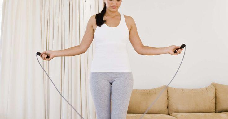 """Como ajustar uma """"Speed Rope"""" da Nike. A """"Speed Rope"""" (Corda de velocidade) da Nike é uma corda de pular feita de PVC, projetada para permitir que os usuários atinjam velocidades rápidas sem dobrar ou torcer o cabo durante o uso. O aumento na velocidade permite que a corda seja usada para exercícios de condicionamento cardiovasculares com mais saltos por minuto do que cordas mais ..."""