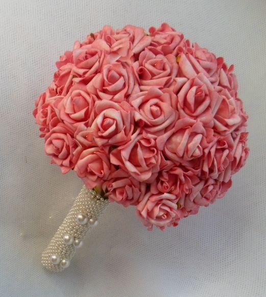 Delicadíssimo buque com rosas em eva, similar ás flores naturais com textura bem finaO laço de fita de cetim fica para a escolha do cliente, e se quiser podemos por pérolas nas rosas. Fazemos o buque da daminha igual.(40,00). R$ 170,00