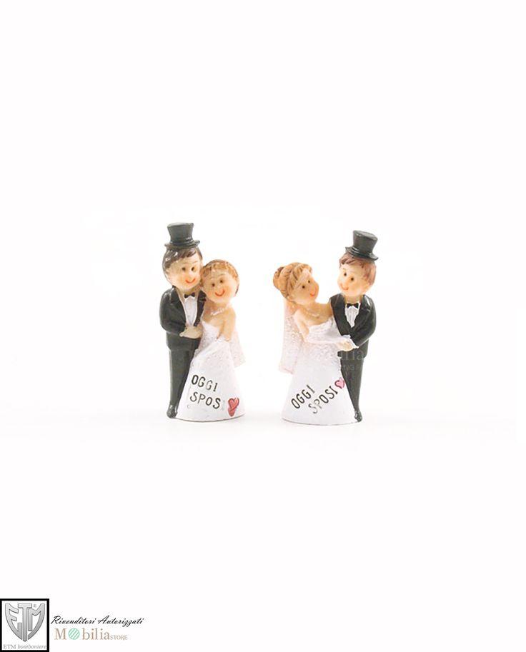 Romantica Coppia di sposini Etm Bomboniere, realizzati in raffinata resina colorata. Disponibili in due posizioni diverse l'uno rispetto all'altra, si fondono in forme morbide e delicate.  Sogni un Matrimonio giovane e frizzante? Ecco gli allegri sposini che fanno per te!  Misura: Altezza 6 cm  Il prezzo è riferito al set di 2 sposini nelle due diverse posizioni assortite.