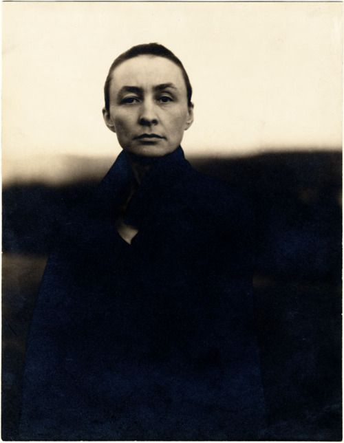 Alfred Stieglitz - Georgia O'Keeffe (ca. 1920 - gelatin silver print) / Smithsonian Archives of American Art