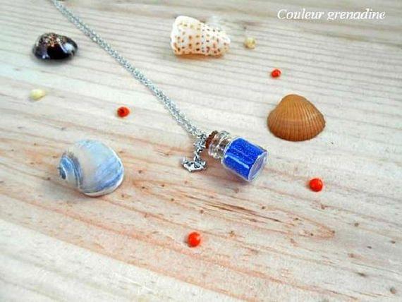 Collier minimaliste fiole en verre bleu pendentif ancre idée