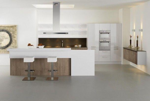 Deze keuken krijgt door deze achterwand en het gebruik van hout een warme uitstraling Het kookeiland van deze mooie keuken van Keller biedt bovendien plaats aan een eetgedeelte.