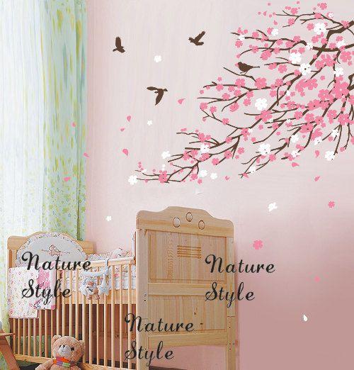 Takken van de kersenbloesem en vogels-kwekerij muur door NatureStyle
