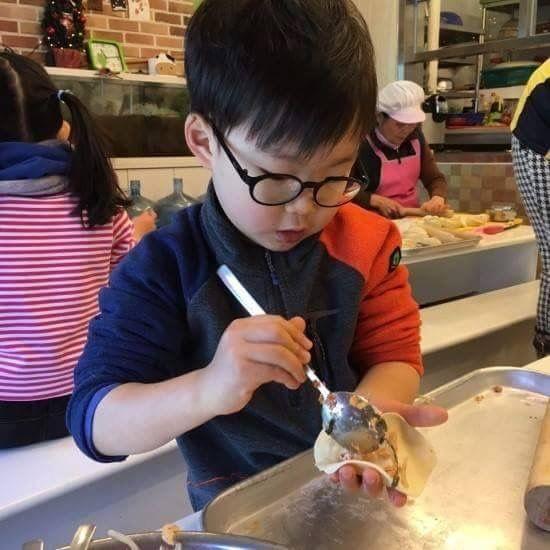 Daehanna seemed to be so focused on making food XD