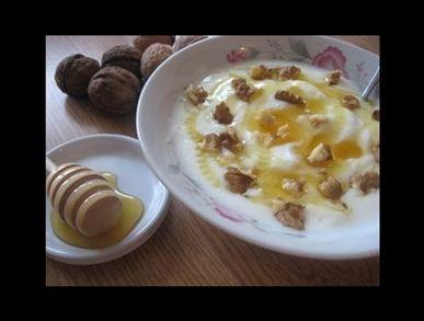 Jogurt s medem a oříšky