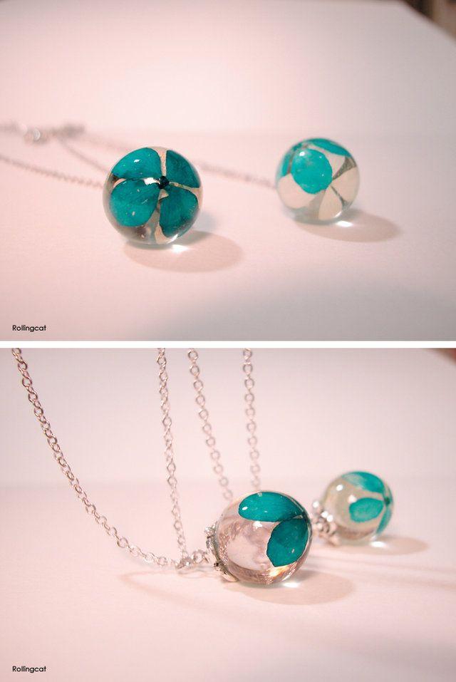 resin necklaces-blue hydrangea http://the-nuvo.com/rollingcat