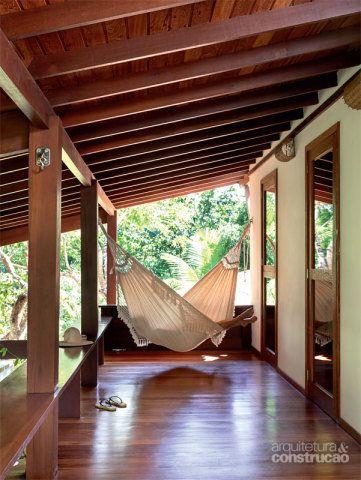 No andar de cima, a nova sacada inaugurou um local para repousar. Embaixo, a mesma estrutura, de 2,20 m de largura, amplia os ambientes sociais. Projeto de Amadeo Romero.