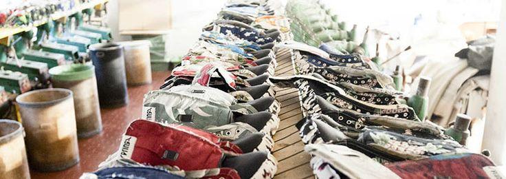 SPRINGA -  Gli spunti e le idee provengono dalla vita di tutti i giorni prendendo gli abiti e gli oggetti in disuso  ridandogli vita in modo creativo e artistico. Camice hawaiane, cravatte, t-shirt, giubbotti anni '60 di pelle, giubbotti di camoscio, camere d'aria e balle del caffè vengono tagliati, assemblati, cuciti con una manifattura tipicamente italiana, per formare un paio di scarpe unico.