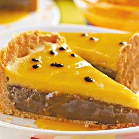 Torta com brigadeiro de chocolate e de maracujá