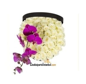 Kutuda 41 adet beyaz güller ve 1 dal fuşya renk orkide çiçeği.