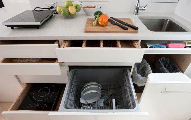 As gavetas do armário da foto escondem elementos da pia (escorredor, lixeira e até o cooktop portátil). A proposta é interessante para o estilo. Foto: Divulgação