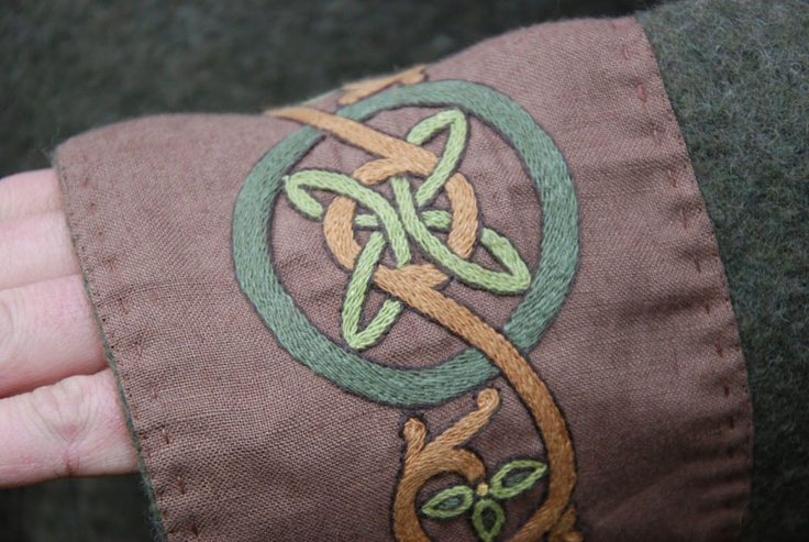 Lovely embroidery: Embroidery Details, Color, Celtic Embroidery, Details Embroidery, Sca Embroidery, Celtic Knot, Embroidery Sca, Cuffs Embroidery, Knot Embroidery