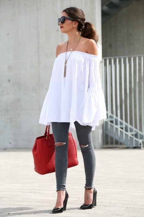 Chica usando una blusa sin hombros y unos leggins en color girs mientras…