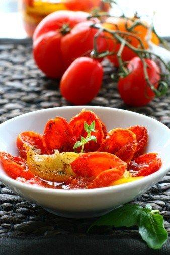 Запеченный сыр бри с вялеными томатами, чесноком и тимьяном