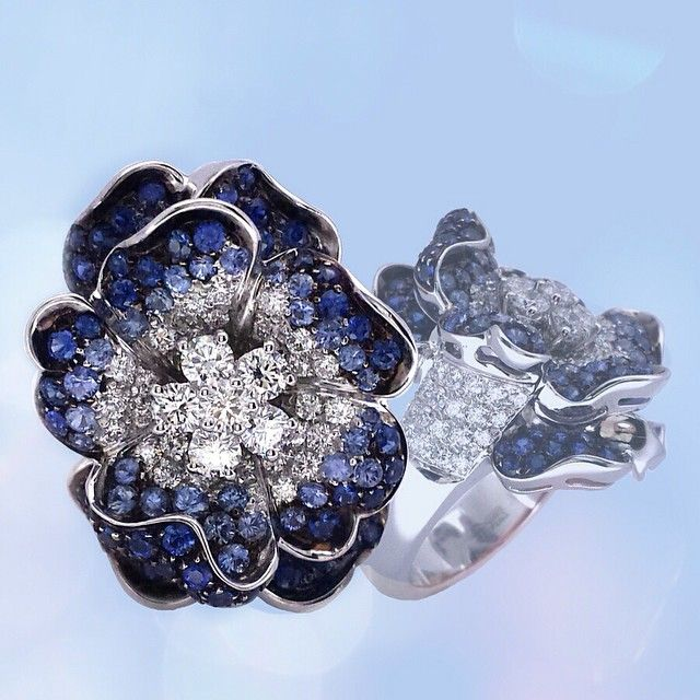 #leopizzo #handmade #italy #madeinitaly #masterpiece #flower #degradè #zaffiri #sapphires #brilliants #brillanti #ring #anello #shopping #flagshipstores #milano #roma  #taormina #expo2015 #galleriavittorioemanuele#leopizzogioielli#expomilano2015#expomilano2015italy #expo2015milano#expo2015milanoworld