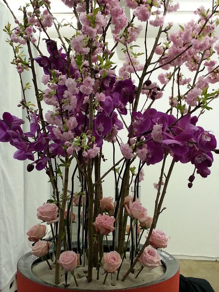 Blomsterdesign, der fylder i rummet. Fra Bo Büll.