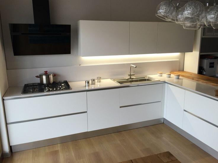 Cucina bianca opaca, top in quarzo chiaro. alzata brutta