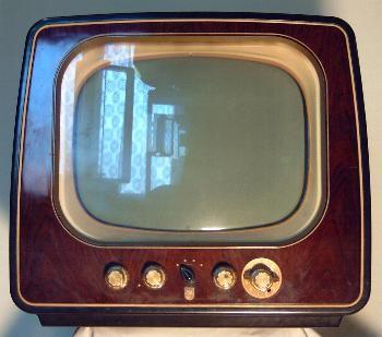 De eerste televisie is in Nederland gemaakt door Philips in 1950. Je kon toen uit 4 kanalen kiezen en de beeldbuis was 22 cm. In Engeland was er al televisie vanaf 1936 en in Duitsland vanaf 1935 3 keer per week.Het was heel slecht beeld want ze gebruikten maar 128 beeldlijnen en nu zijn dat er 625 (zie beelden weergeven.