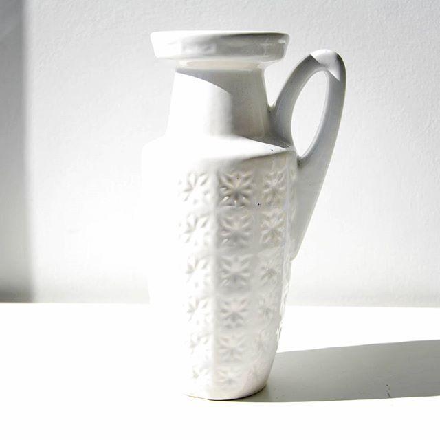 Scheurich prism white vase    #prism #white #handled #handledvase #jug #scheurich #scheurichprism #whitevase #vase #wgp #westgermanpottery #westgerman #german #fatlava #vintage #modern #moderndesign #midcenturymodern #midcentury