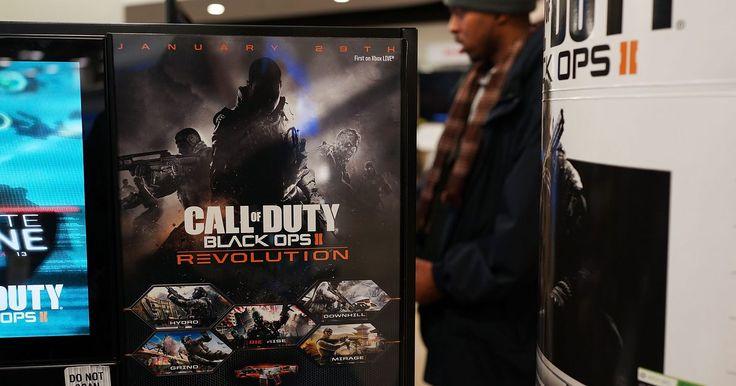 """Como melhorar a precisão dos tiros em """"Call of Duty: Black Ops"""". Lançado em 2010 pela Activision, """"Call of Duty: Black Ops"""" é um jogo de tiro em primeira pessoa que acontece nos anos 60 e 70. Esse jogo possui várias armas que você pode usar para acabar com alvos, tanto no modo individual quanto no multijogador. Semelhante a outros jogos de tiro de primeira pessoa, as armas em """"Call of Duty: Black Ops"""" perdem a ..."""
