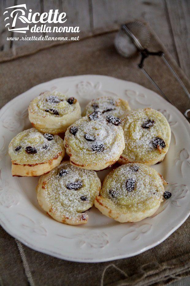 Girelle di sfoglia, crema pasticcera e uvetta