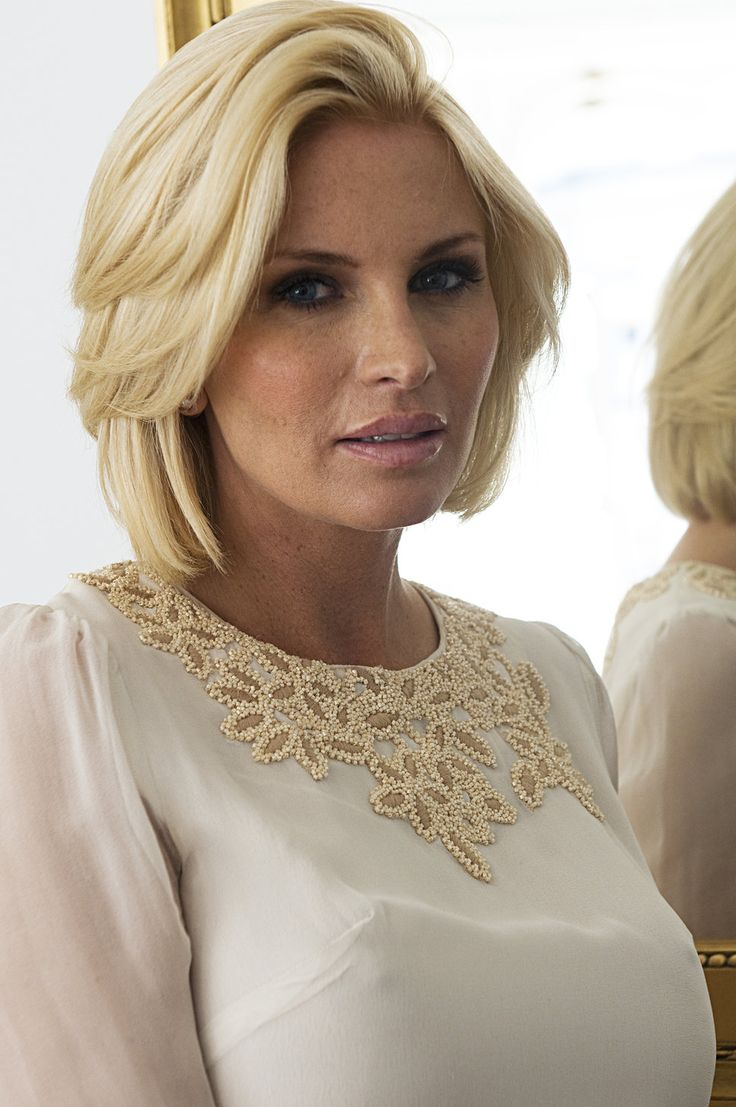 Carolina Gynning vit klänning kort blont hår