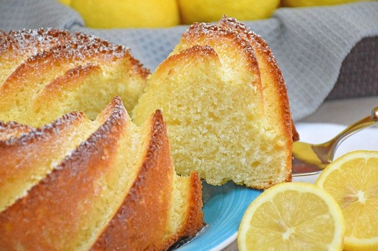 Il ciambellone 12 cucchiai al limone è un dolce facile e veloce da preparare. Nessun ingrediente da pesare ma solo un cucchiaio come unità di misura. Ecco la ricetta