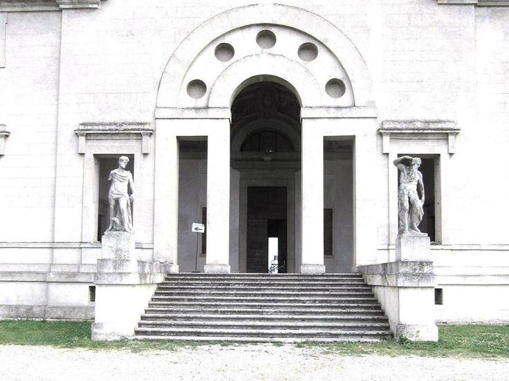 Serliana della facciata principale con le statue di Girolamo Albanese.