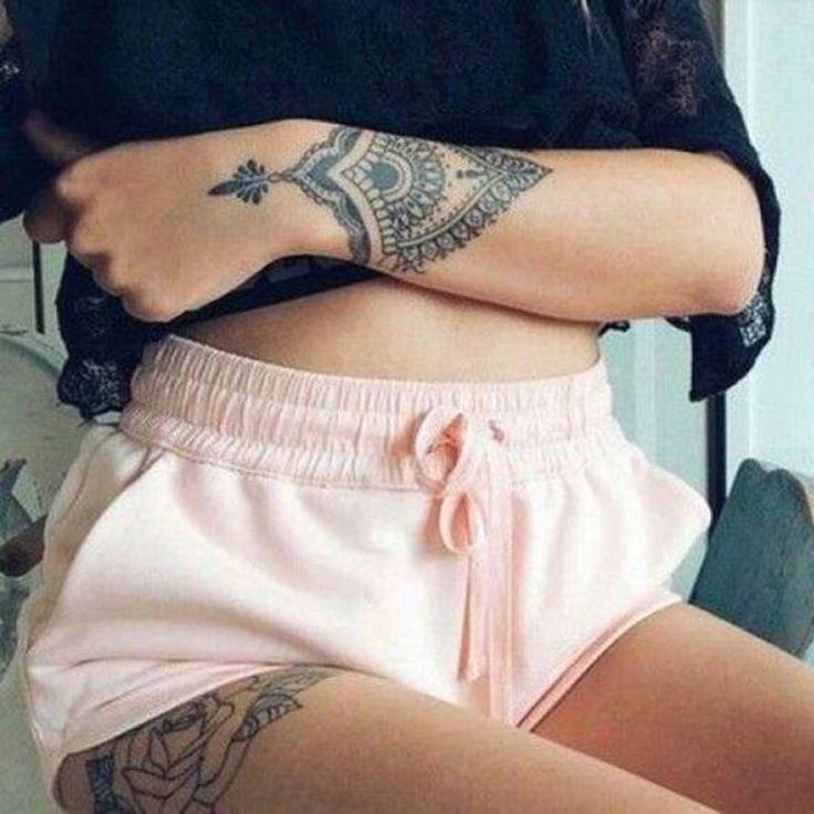 Tatouage mandala sur le poignet poignet et tatouage fleurs sur la cuisse