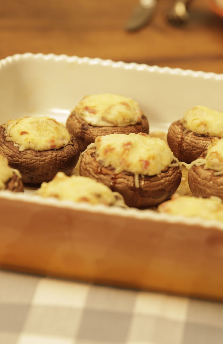 Gefüllte Champignons: Frische Champignons, gefüllt mit einer würzigen Creme und mit Käse überbacken, ist eine tolle Low Carb Leckerei. Ob als Vorspeise, abendlicher Snack oder Finger Food auf der nächsten Party. Probiert es einfach mal aus.