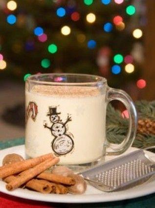"""LE LAIT DE POULE (Boisson servie le soir de Noël à base de lait, de rhum ou whisky, de crème, de sucre et de jaune d'oeuf - parfumé à la noix de muscade ou à la cannelle) L'origine reste incertaine. Elle pourrait provenir d'une boisson médiévale au lait chaud """"le posset"""" à laquelle on prêtait des vertus reconstituantes."""